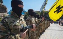 Andriy Biletskyn johtaman Azov-pataljoonan tilaisuus Kiovassa. Azov-pataljoona (nyk. rykmentti) on sisäministeriön joukko-osasto. Sisäministeri Arsen Avakov on myös pääministeri Jatsenjukin 'Kansan Rintama'-puolueen johtoportaassa.