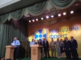 Pääministeri Jatsenjukin 'Kansan Rintama'-puolueen puoluekokous. Jatsenjuk takana keskellä Andriy Biletskyn vieressä.